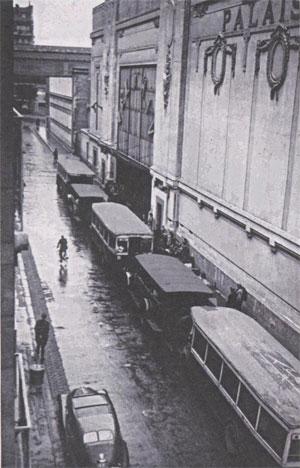 Transportes estacionados afuera del Velódromo de Invierno, 16-17 de junio de 1942