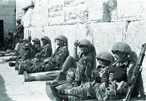 Soldados israelíes en el Muro de los Lamentos, 1967